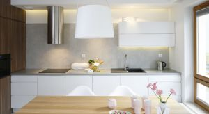 Ściana nad blatem kuchennym jest przestrzenią szczególnie narażoną na codzienne zabrudzenia i uszkodzenia. Aby przez wiele lat cieszyć się jej pięknym wyglądem, powinniśmy wykończyć ją tzw. fartuchem kuchennym.