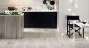 Drewno w aranżacji kuchni jest od zawsze w modzie, teraz trafia do nas w nowoczesnej odsłonie. Płyty gresowe w rozmiarach przypominających deski nie wymagają od nas żadnej impregnacji, służą lata i wyglądają równie imponująco jak prawdziwe dr