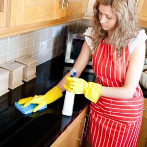 Sprzątanie w kuchni. Fot. Kernau