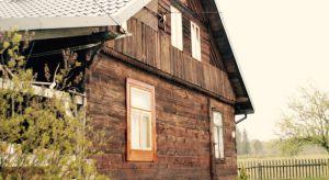 Drewno na elewacji nadaje budynkom wyjątkowy charakter. Jednak aby dom zachował swój naturalny urok, należy zadbać o jego odpowiednią konserwację.