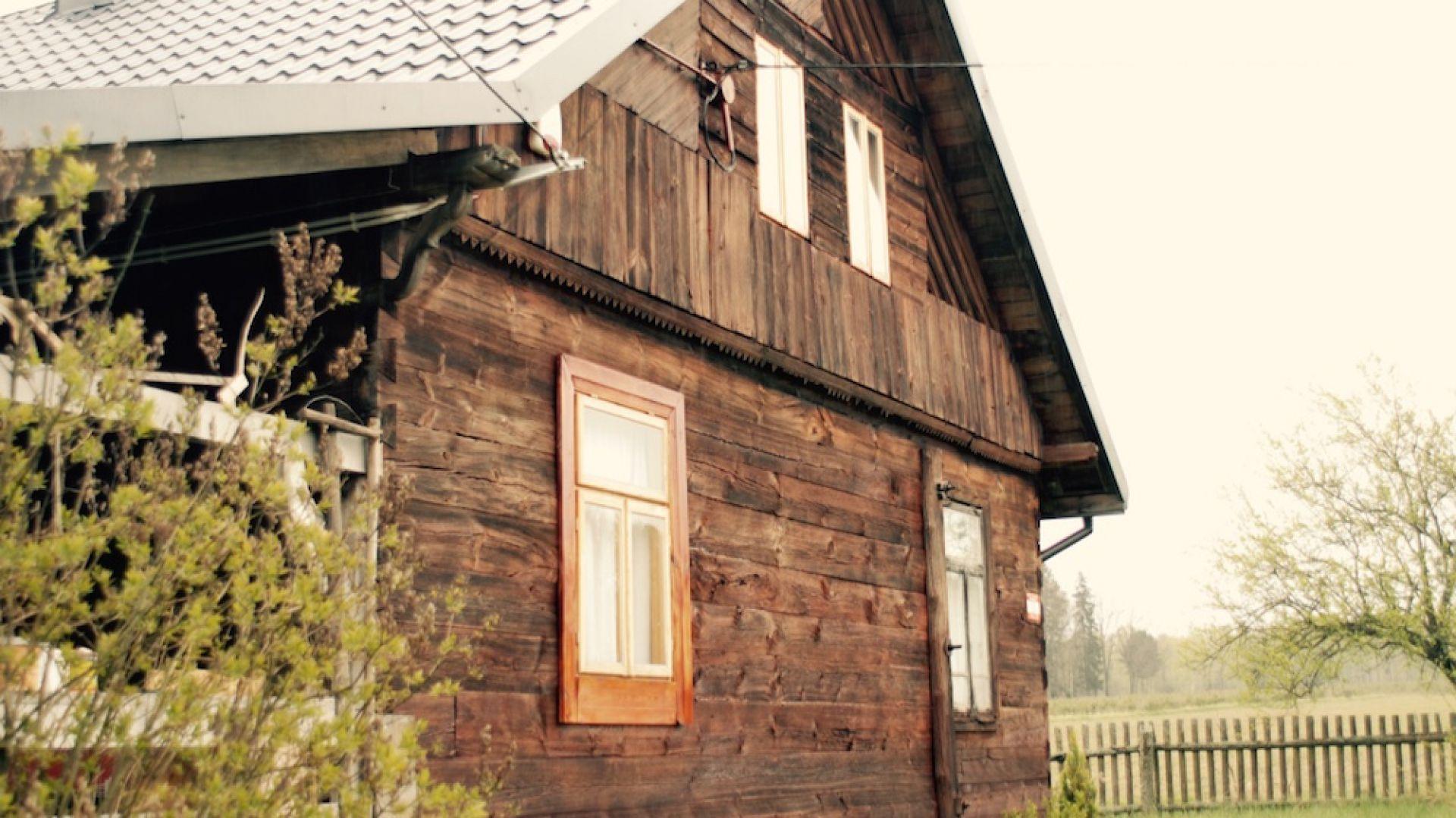 Malowanie i impregnacja drewnianego domu. Fot. Bondex
