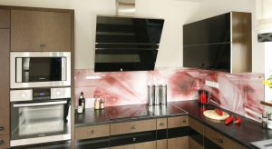 Szkło może wypełnić całą wolną przestrzeń pomiędzy szafkami lub zająć tylko część ściany. Wygląda fenomenalnie, a dodatkowo jest odporne i łatwe do utrzymania w czystości.Przedstawiamy nasze propozycje na szkło w kuchni.