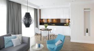 Salon połączony z kuchnią i jadalnią pozwala na integrację całej rodziny. Nieraz jest centrum spotkań towarzyskich, jak również miejscem pracy.