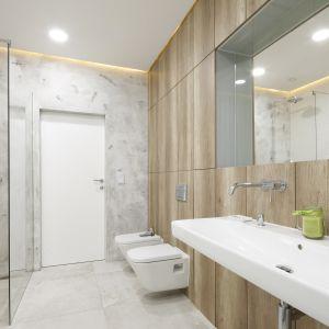 Elementy wyposażenia łazienki mają lekkie, oszczędne kształty sprzyjające relaksowi. Projekt: Dariusz Grabowski. Fot. Bartosz Jarosz