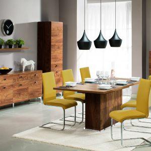 Jadalnia Siena. Rozkładany stół wykonany z płyty do złudzenia przypominającej naturalne drewno z wstawką na wysoki połysk w czarnym lub szampańskim kolorze idealnie wpisuje się w nowoczesne wnętrza. Fot. Wajnert Meble