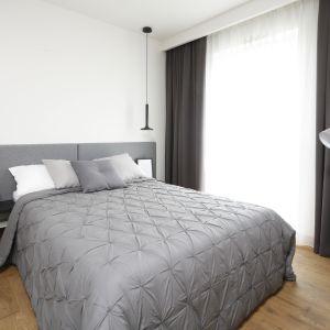 Biała sypialnia urządzona w nowoczesnym stylu. Duże, wygodne łóżko zapewnia wygodę spania. Projekt: Katarzyna Uszok-Adamczyk. Fot. Bartosz Jarosz
