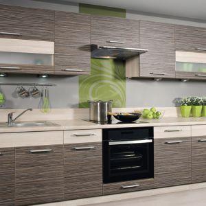 Kuchnia inspirowana rysunkiem drewna z drzew owocowych: grusza z zebrano. Fot. KAM Kuchnie