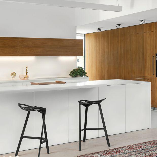 Biała kuchnia ocieplona drewnem - piękny projekt zabudowy