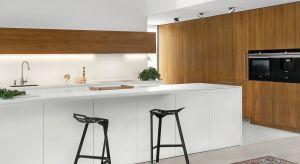 Prosta i elegancka zabudowaw lakierowanej bieli i z dodatkiem ciepłegoorzechowego forniru<br />doskonale sprawdzi się w kuchniach otwartych, gdzie harmonijnie komponuje się z aranżacją salonu.