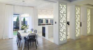 Ściany w salonie, kuchni czy sypialni powinny byćozdobą samą w sobie. Aby stanowiły niesztampową dekorację możemy zastosować ażurowe panele, beton, ciekawą farbę, drewno, cegłę czy fototapetę.