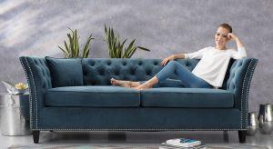 Ikona designu, ponadczasowa forma, mebel pasujący do każdego stylu wnętrzarskiego – tak w kilku słowach można opisać kultowe sofy i fotele Chesterfield.