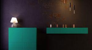 Wykonana z wysokiej jakości płyty MDF, frezowanej i lakierowanej - elementy zewnętrzne - oraz płyty meblowej okleinowanej w kolorze czarnym - wnętrze. Produkt zgłoszony do konkursu Dobry Design 2018.