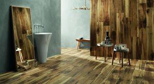 Łazienka zaaranżowana w płytki ceramiczne, które swoją fakturą przypominają drewniane deski, zmienia się w prawdziwą strefę relaksu.