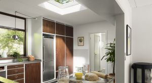 Moduł do okien do płaskiego dachu został wykonany w unikalnej technologii CurveTech. Zakrzywione, odporne na zarysowania szkło skutecznie usuwa wodę, liście i inne zanieczyszczenia, które zbierają się na szybie. W ten sposób okno doprowadza do p