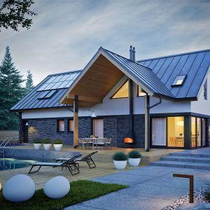 Ciekawy kształt przeszkleń sprawia, że dom z zewnątrz pięknie prezentuje się także po zmroku. Dom Nikolas II G2 Energo Plus. Projekt: arch. Artur Wójciak. Fot. Pracownia Projektowa Archipelag