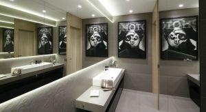 Właściciele mieszkań i domów coraz śmielej dekorują łazienki przedmiotami, które kiedyś kojarzyły się wyłącznie z przestrzeniami salonu lub sypialni. Jednym z przykładów jest dekorowanie ścian łazienki zdjęciami, obrazami i grafikami opr