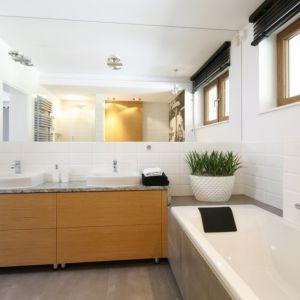 Ogromna tafla lustra doskonale sprawdzi się w każdej łazience. Projekt: Katarzyna Mikulska-Sękalska. Fot. Bartosz Jarosz