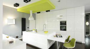 Biała kuchnia z wyspą stanowi część otwartej strefy dziennej. Czystość form i kolorów zastosowanych we wnętrzu jest odpowiedzią na upodobania właścicieli, którzy cenią sobie nowoczesne rozwiązania.