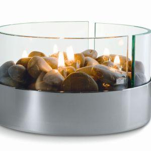 Gustowna lampka Philippi na oliwę lub olej nawiązuje do natury, dzięki kamieniom umieszczonym wewnątrz urządzenia. Fot. Czerwona Maszyna