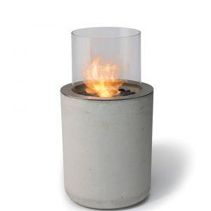BioKominek Jar Commerce łączy chłód betonowej podstawy z ciepłem prawdziwego ognia. Fot. Planika