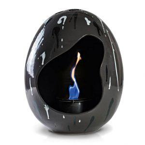 Egg to niewielki biokominek, który doskonale prezentuje się jako dekoracja stolika kawowego w ogrodzie lub salonie. Fot. Westwing