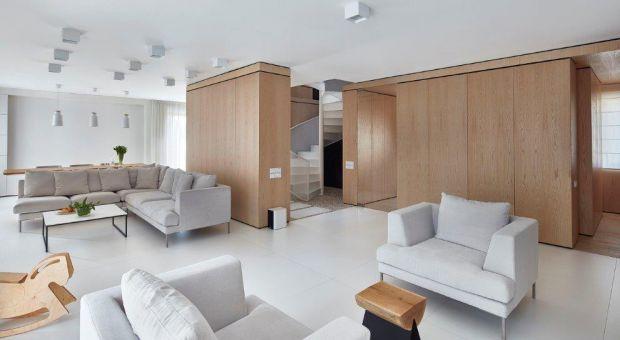 Biel i drewno w prostych formach. Zobacz piękne wnętrze