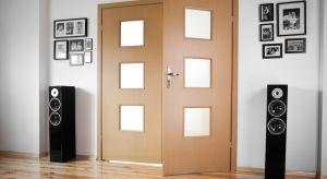 Drzwi to najczęściej ostatni element, jaki montujemy w nowym domu czy mieszkaniu.Dobrze ich rodzaj wybrać o wiele wcześniej, ponieważ w niektórych miejscach tradycyjne drzwi skrzydłowe mogą uniemożliwiać swobodne przejście.