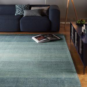 Odcienie niebieskiego zastosowane na dywanie odświeżą aranżację wnętrza. Fot. Mooqo