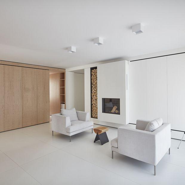 Nowoczesny dom - jasne wnętrze w bieli i drewnie