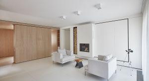 Pięknewnętrze utrzymane w bieli, ocieplone drewnem. Stonowane kolory i ich surowość przełamuje bijące od jasnego drewna ciepło. Dzięki temu przestrzeń zyskuje przytulną atmosferę.