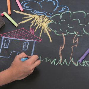 Malowanie kredami dzieci lubią. Dzięki farbie tablicowej mogą robić to we własnym pokoju. Fot. Tikkurila