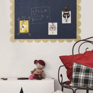Z farby tablicowej można wykonać w pokoju dziecka ciekawe dekoracje ścienne. Fot. Tikkurila