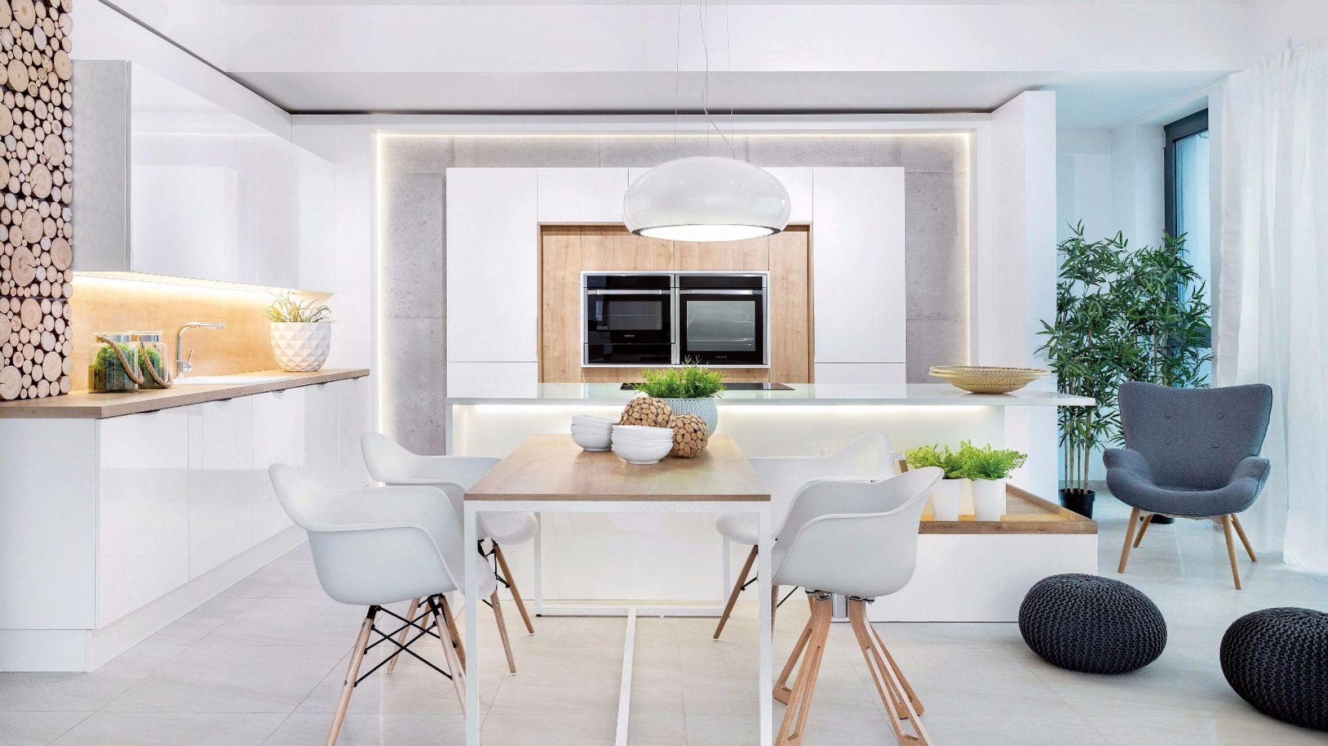 Biała kuchnia jest świeża i optycznie wydaje się bardzo przestronna. Fot. Studio Max Kuchnie/Vigo