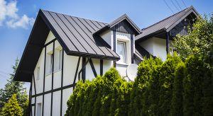 Współczesne trendy architektoniczne opierają się przede wszystkim na minimalizmie, czyli prostych formach geometrycznych, oszczędności detali lub ich całkowitym braku, a także stonowanej kolorystyce. Sprawdź, jaki materiał będzie najlepszy na d