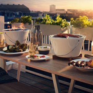 Stołowy grill węglowy wykonany z porcelany z zmieści się na stole podczas kolacji w ogrodzie lub na tarasie. Fot. Eva Solo