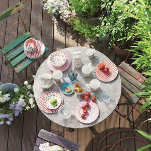 Serię Lina Floral wyróżniają urocze kolorowe kwiatki rozsiane na białej porcelanie. Fot. Villeroy&Boch