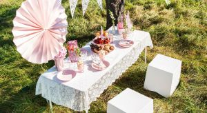 Idealnym pomysłem na pożegnanie lata jest zorganizowanie garden party, które ucieszy zarówno dzieci, jak i dorosłych. O czym pamiętać organizując perfekcyjne przyjęcie na zakończenie wakacji?