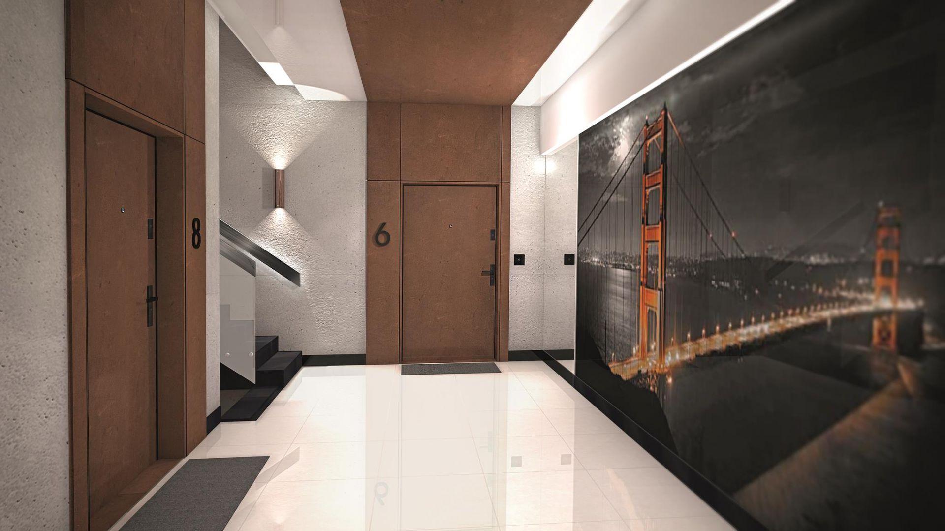 Aranżacja z drzwiami wejściowymi Tower w okleinie z kolekcji HPL rdza, wersja z poszerzonymi opaskami bocznymi i górnymi. Fot. Inter Door