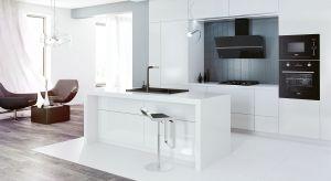 W nowoczesnych lub minimalistycznych kuchniach lodówka jest zazwyczaj niewidoczna – ukryta w zabudowie meblowej tworzy spójną aranżację. Minusem takiego rozwiązania może być niewielka przestrzeń do chłodzenia i zamrażania oraz ograniczone mo�