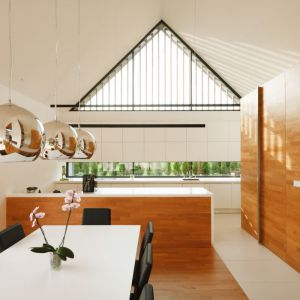 Całość wnętrza jest utrzymana w minimalistycznym stylu. Biel przeplata się z ciepłym drewnwm. Fot. Tomasz Zakrzewski