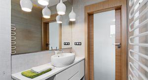 Moda na styl skandynawski oraz miłość do drewna i chęć optycznego powiększenia łazienki przekładają się na popularność jasnych łazienek z elementami w kolorze drewna.Zobaczcie 15 zdjęć z domów Polaków, którzy je wybrali.