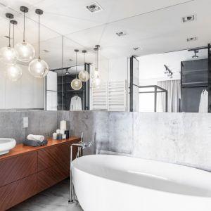 Oświetlenie lustra w łazience. Projekt: Joanna Węgłowska, Wioletta Cieślik. Fot. Pion Poziom