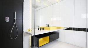 Ważnym elementem w każdej łazience jest równomierne oświetlenie lustra. Jeśli chcemy dodać eleganckiego charakteru naszemu wnętrzu możemy umieścić nad lustrem ozdobne lampy.