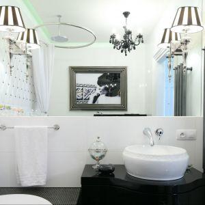 Oświetlenie lustra w łazience. Projekt: Małgorzata Galewska. Fot. Bartosz Jarosz
