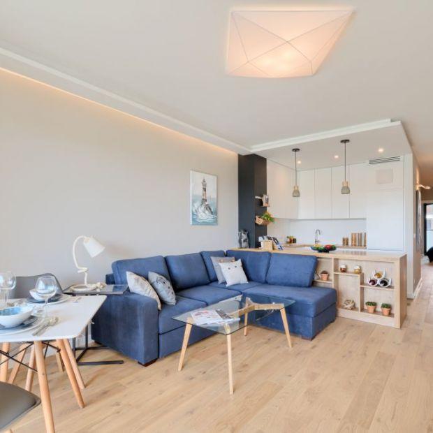 Biel, drewno i widok na Mokotów - zobacz piękny apartament w Warszawie