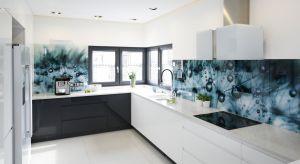 Szkło nad blatem jest bardzo nowoczesny i praktycznym rozwiązaniem. Jest łatwe w czyszczeniu i znacznie powiększy małe wnętrze. Daje też niezwykłe możliwości aranżacyjne.