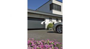 Energooszczędna brama LPU 67 Thermo to najnowsza propozycja dla inwestorów, którzy chcą utrzymać stałą, wysoką temperaturę powietrza w garażu. Zbudowana jest z segmentów o grubości 67 mm z przegrodą termiczną i wyposażona w podwójne uszcze