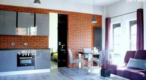 Systemy przesuwnez powodzeniem stosować w mieszkaniach, w których zastąpią tradycyjne drzwi lub ściany. Dodatkowo, jeśli zastosujemy do nich kolorową taflę lub szkło z nadrukiem, nadadzą wnętrzu niepowtarzalnego charakteru.