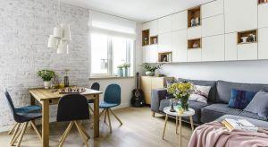 Jasne, świeże, ocieplone obecnością drewna i z dużą ilością ukrytych schowków – tak w kilku słowach można podsumować wnętrze dwupoziomowego apartamentu.