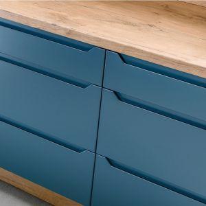 Chłodny niebieski też doskonale komponuje się z drewnem. Fot. Spółka Meblowa KAM